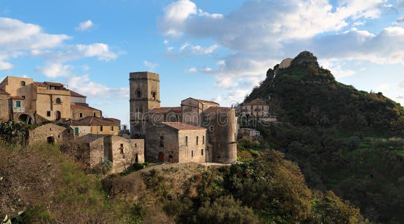 Villaggio medioevale di Savoca in Sicilia al tramonto fotografia stock libera da diritti