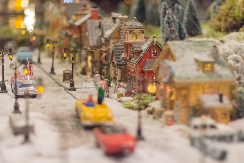 Villaggio miniatura di natale, mondo di natale con neve, la gente, fotografia stock