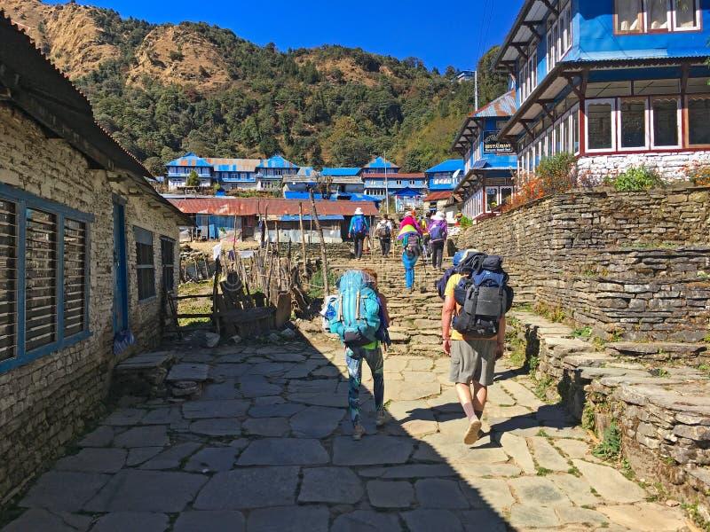 Villaggio nel viaggio di Annapurna delle montagne dell'Himalaya fotografia stock libera da diritti