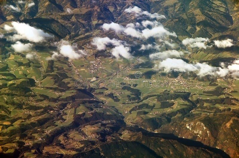 Villaggio nelle alpi immagini stock