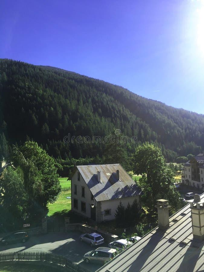 Villaggio nelle montagne, alpi Francia fotografia stock libera da diritti