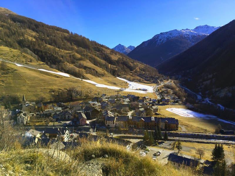 Villaggio nelle montagne, alpi Francia fotografie stock libere da diritti