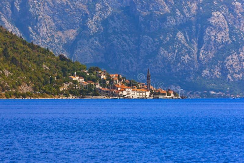Villaggio perast sulla costa della baia di Boka Kotor - Montenegro immagine stock libera da diritti
