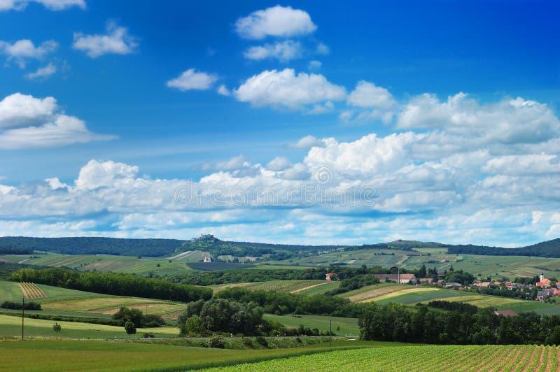 Villaggio scenico di vista delle colline accoglienti