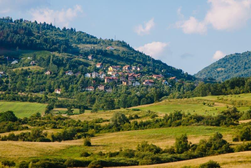 Villaggio sopra la montagna immagini stock