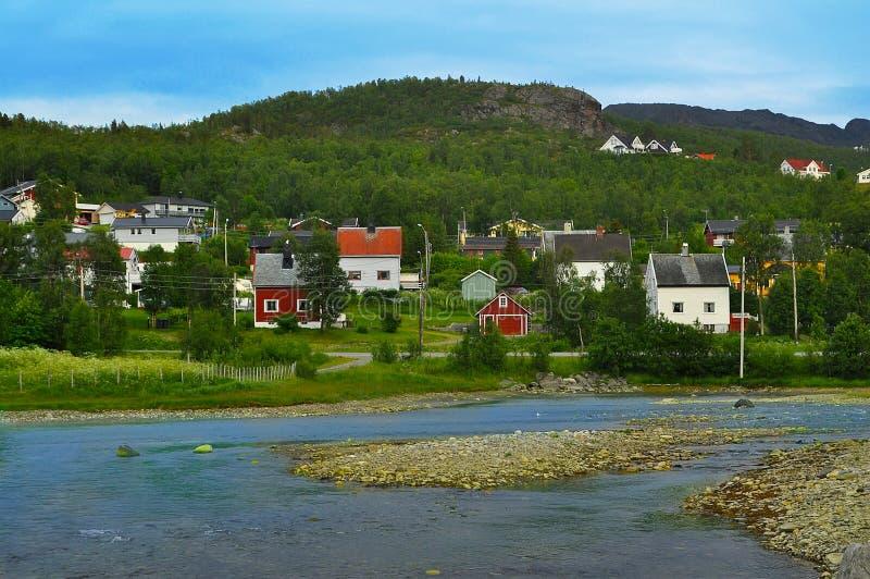 Villaggio sulle banche della torrente montano fotografie stock libere da diritti