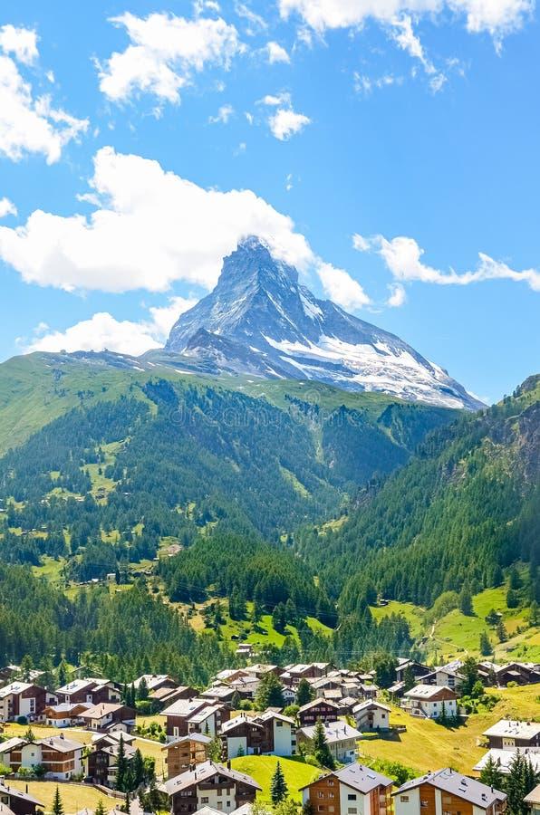 Villaggio svizzero pittoresco Zermatt con il Cervino famoso nel fondo Natura di stupore, Svizzera Le alpi di estate alpino immagini stock libere da diritti