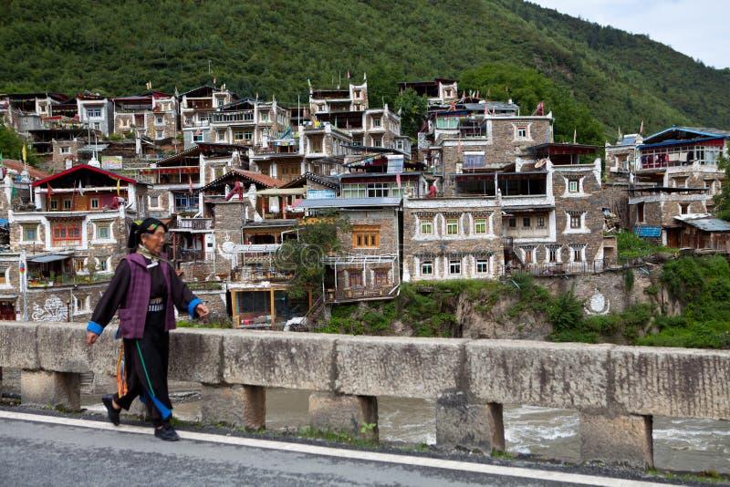 Villaggio tibetano in Sichuan, Cina fotografia stock libera da diritti