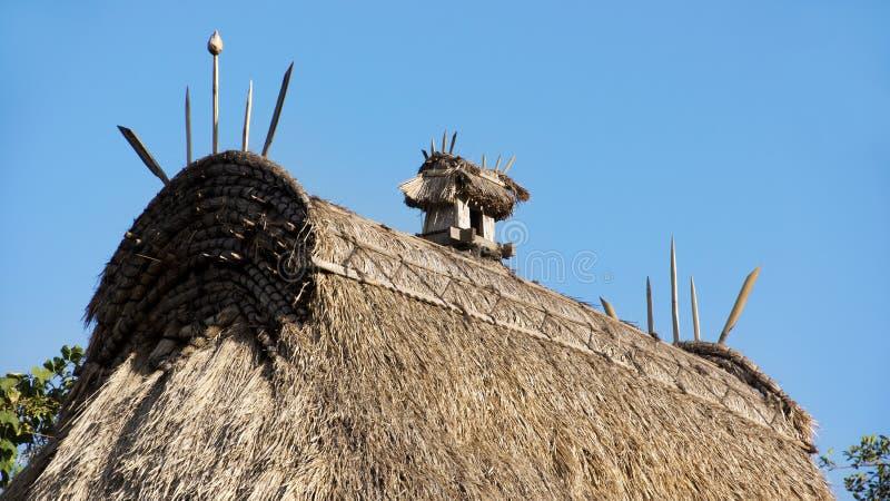 Villaggio tradizionale di Bena del dettaglio del tetto con le capanne dell'erba della gente di Ngada in Flores vicino a Bajawa fotografia stock