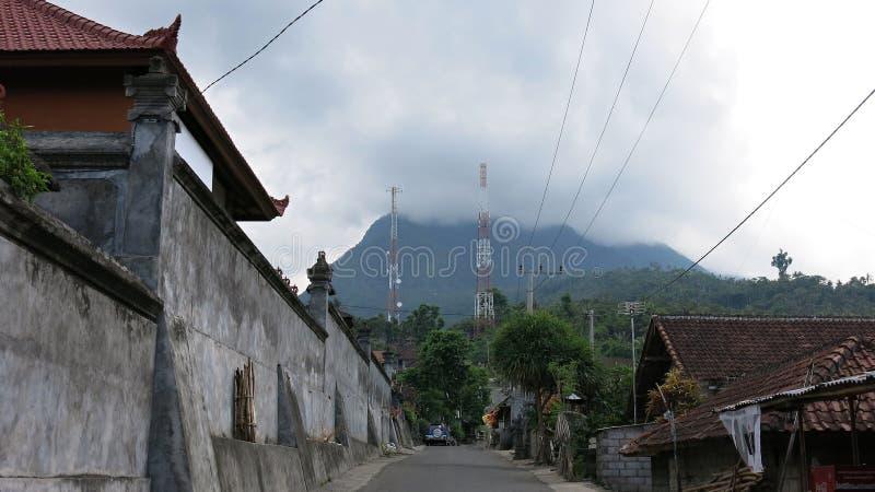 Villaggio tradizionale nelle montagne sull'isola indù di Bali Strade che si dirigono alle montagne fotografie stock libere da diritti