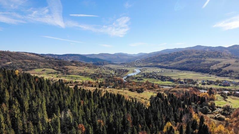Villaggio in valle delle montagne carpatiche, Ucraina Bella natura, paesaggio di autunno fotografia stock libera da diritti