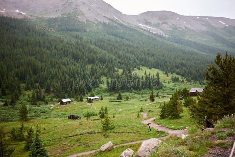 Villaggio in valle verde della montagna immagini stock