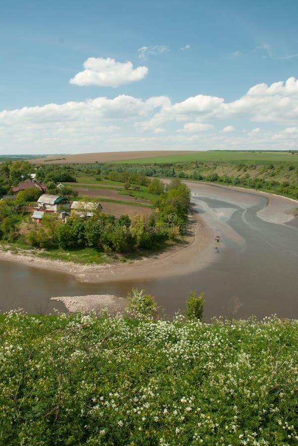 Villaggio vicino al fiume fotografie stock
