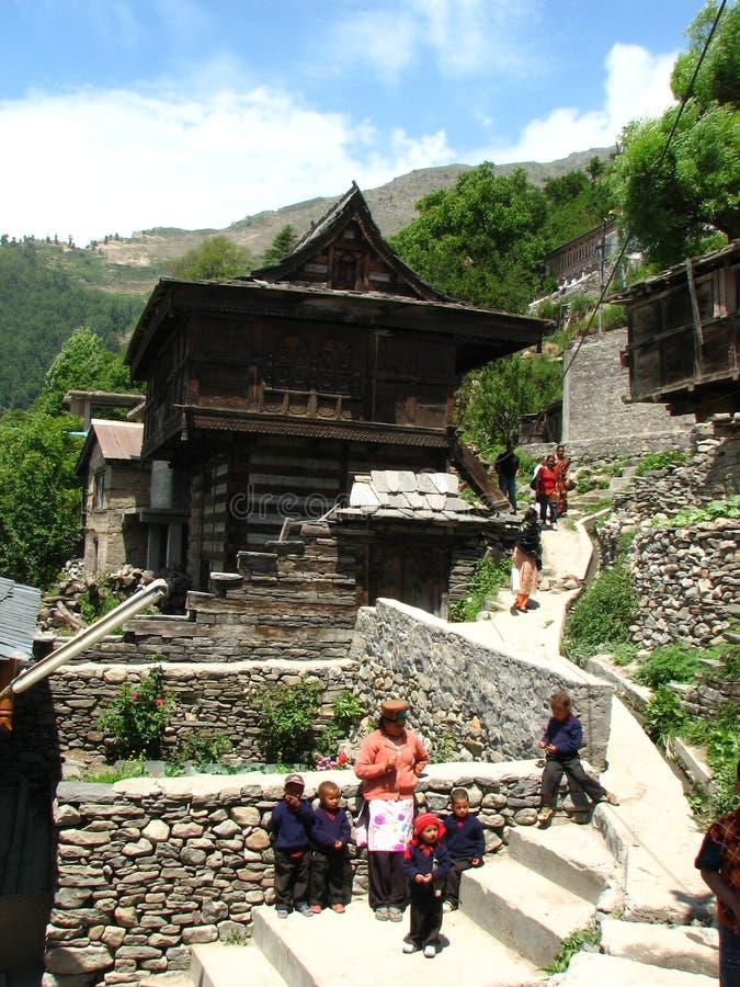 Villaggio vicino a Kalpa a Himachal Pradesh in India immagini stock libere da diritti