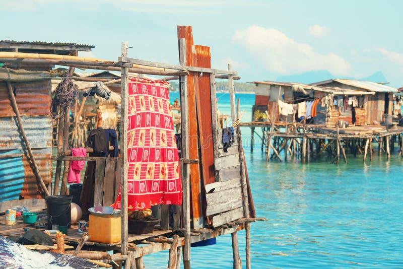 Villaggio zingaresco del mare alla riva dell'isola di Maiga, Semporna, Sabah, Malesia fotografia stock libera da diritti