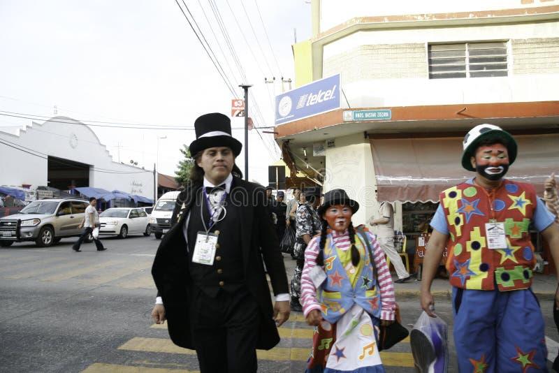 Villahermosa, Табаско/Мексика - 12-15-2008: мексиканские клоуны идя вниз с улицы стоковая фотография