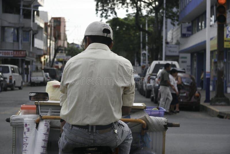 Villahermosa, Tabasco/México - 12-15-2008: vendedor ambulante de los jugos que conducen la bicicleta imagen de archivo libre de regalías