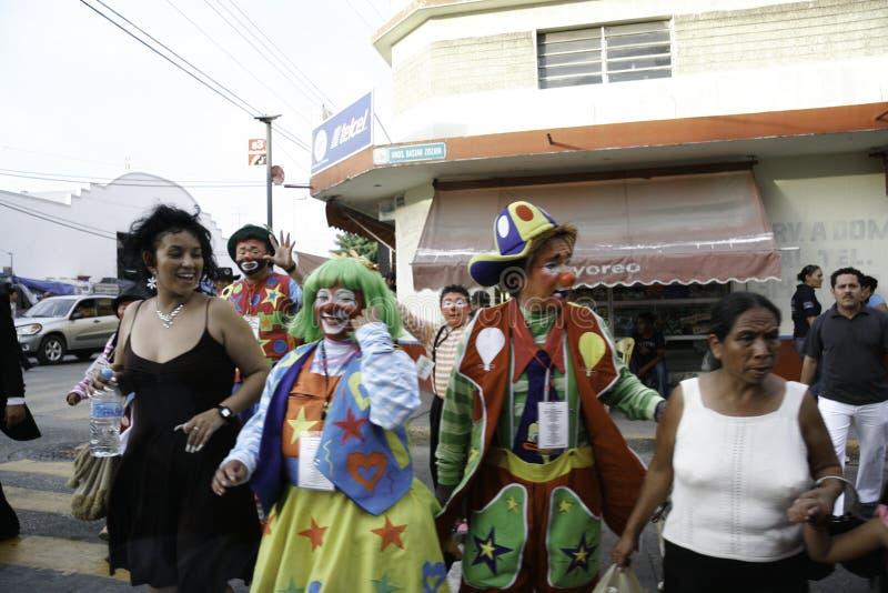 Villahermosa tabasco/Mexico - 12-15-2008: mexikanclowner som går ner gatan arkivfoton