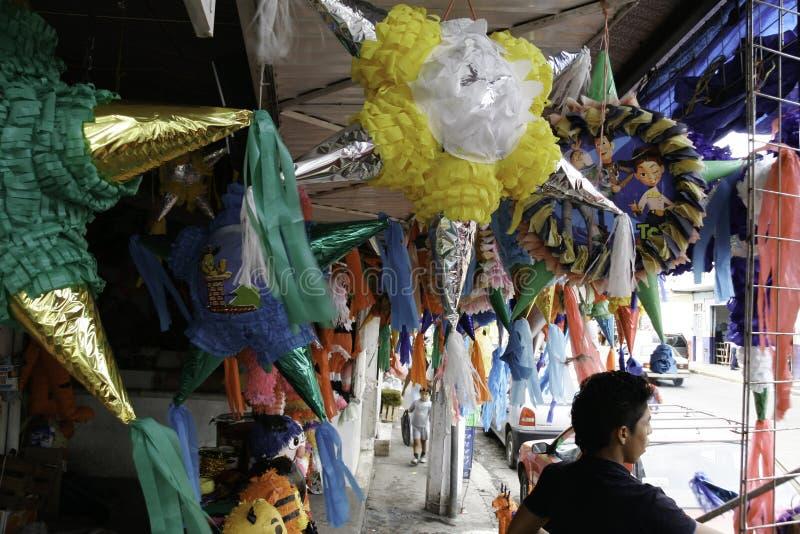 Villahermosa, Tabasco/Mexiko - 12-15-2008: Verkauf von Materialien für Parteien und traditionelle Feiern stockbild