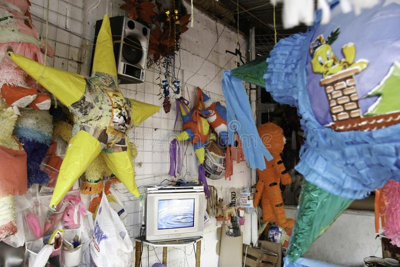 Villahermosa, Tabasco/Mexiko - 12-15-2008: Verkauf von Materialien für Parteien und traditionelle Feiern stockfotos