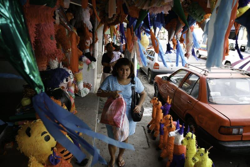 Villahermosa, Tabasco/Mexiko - 12-15-2008: Verkauf von Materialien für Parteien und traditionelle Feiern stockfotografie