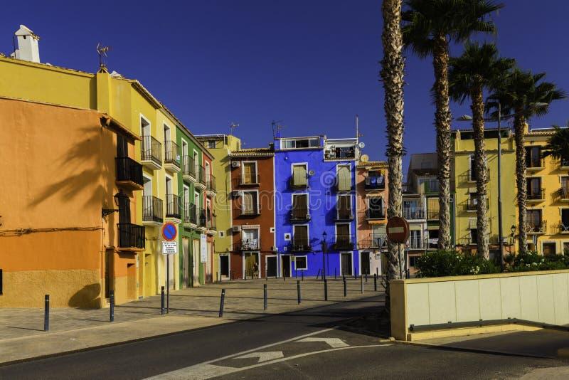 Villajoyosa, Costa Blanca Hiszpania, Lipiec, - 3, 2018: Kolorowi domy w ulicie stara wioska obrazy stock