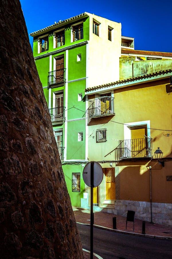 Villajoyosa, España - 30 de noviembre: Vista de la calle colorida en el pueblo Villajoyosa en Costa Blanca, Alicante fotografía de archivo