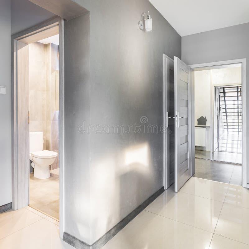 Villakorridor i grå idé royaltyfri bild