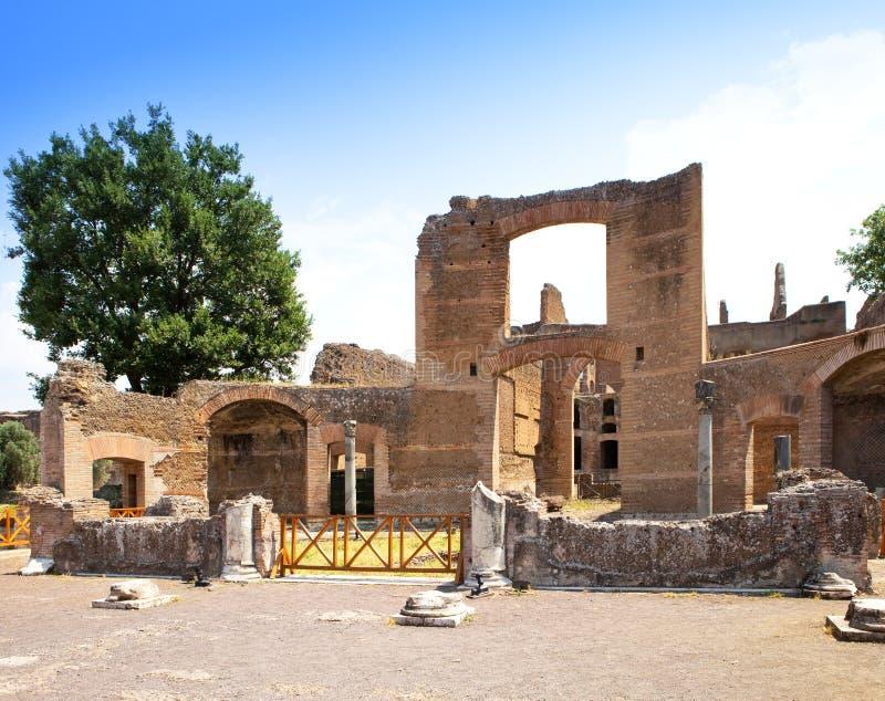 Villan Adriana fördärvar av ett imperialistiskt landshus i Tivoli nära Rome i solig dag royaltyfri foto