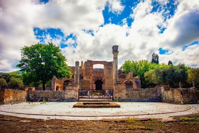 Villan Adriana i Tivoli Rome - Lazio Italien - byggnaden för tre Exedras fördärvar i arkeologisk plats för den Hardrians villan a royaltyfri bild