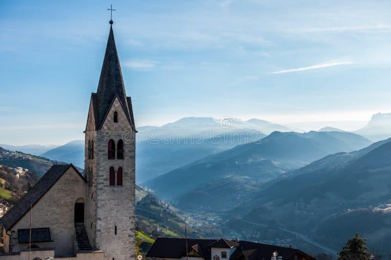VILLANDERS, TYROL/ITALY SUL - 27 DE MARÇO: Igreja paroquial em Vill fotografia de stock royalty free