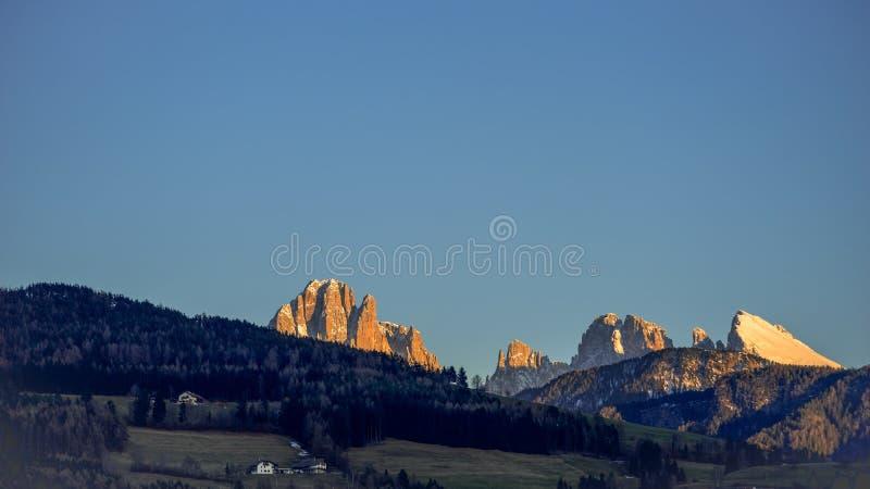 VILLANDERS, TYROL/ITALY SUL - 26 DE MARÇO: Vista das dolomites imagem de stock royalty free