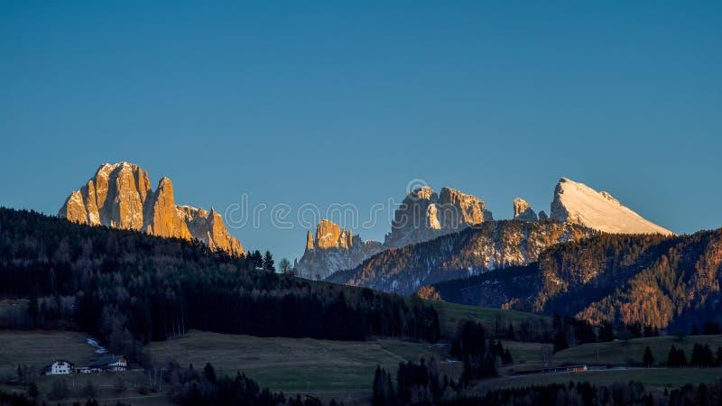 VILLANDERS, ZUIDEN TYROL/ITALY - 26 MAART: Mening van het Dolomiet stock afbeeldingen