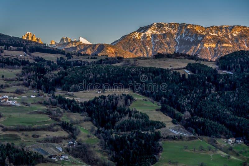 VILLANDERS, ZUIDEN TYROL/ITALY - 26 MAART: Mening van het Dolomiet stock foto