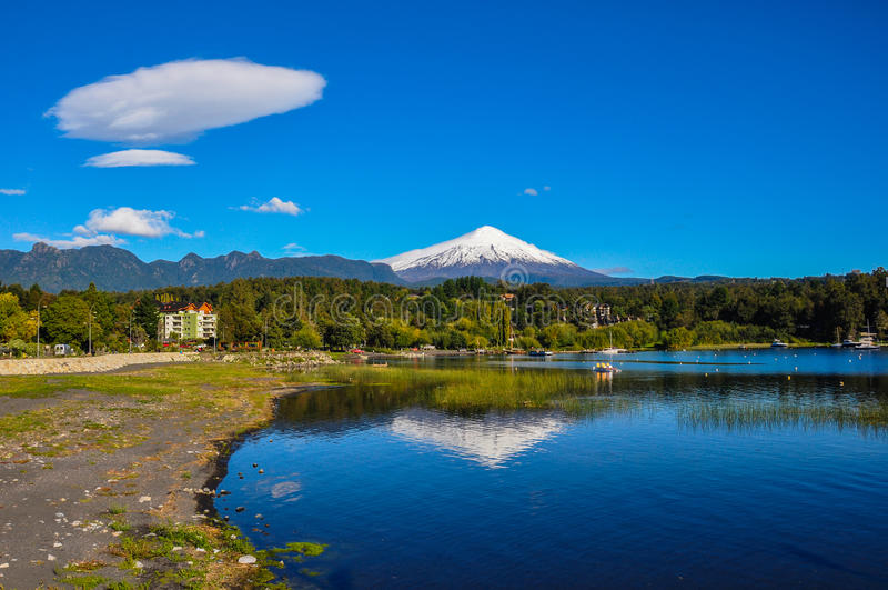 Villarrica vulkan som beskådas från Pucon, Chile royaltyfri bild
