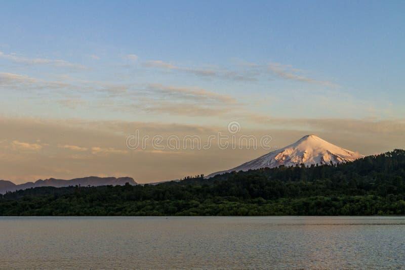Villarrica-Vulkan von einem See stockfotos