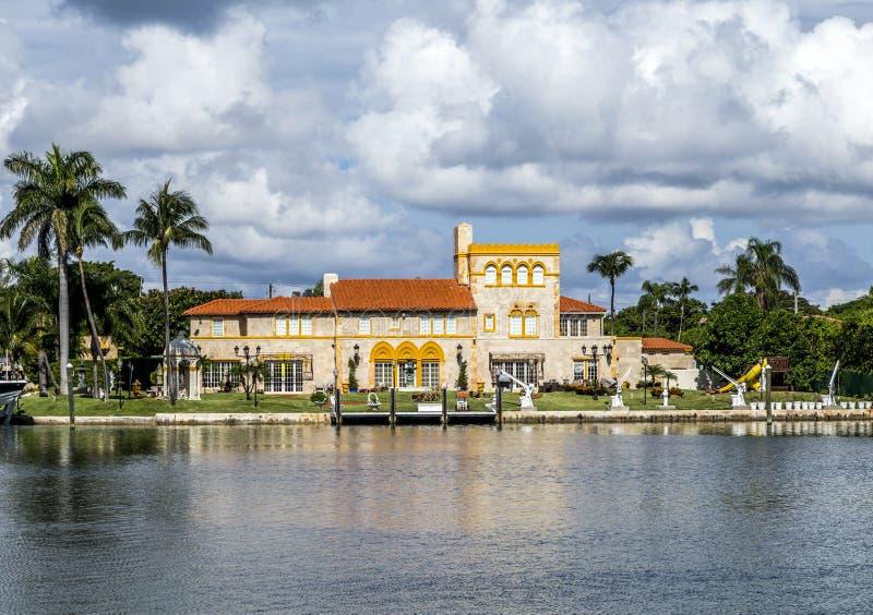 Villas au canal à Miami, Etats-Unis image libre de droits