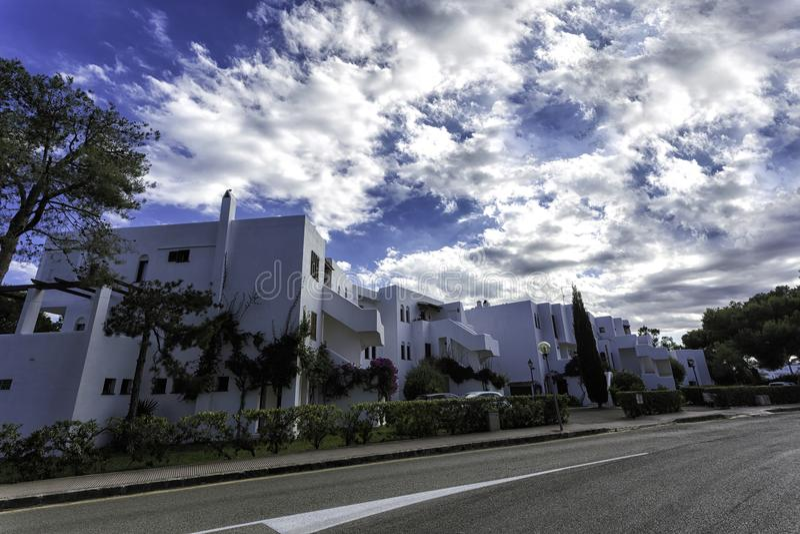 Villas blanches près de la route dans le ` de Cala d ou, Majorque photos libres de droits