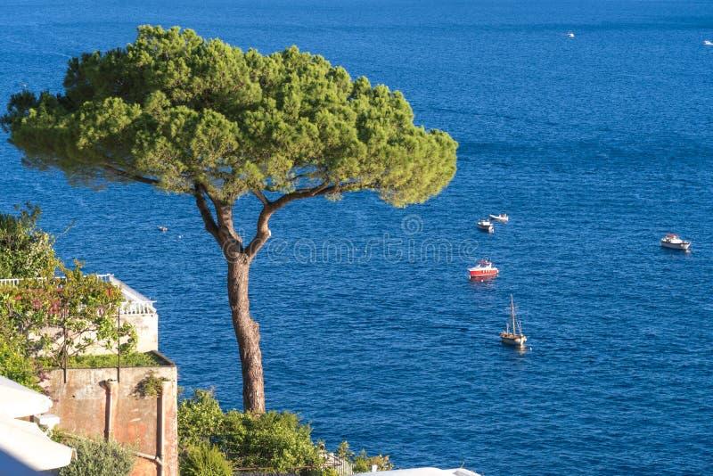 Villas dans la fin de Positano, ville ? la mer tyrrh?nienne, la c?te d'Amalfi, le concept de l'Italie, de l'h?tel et de la pensio photo stock