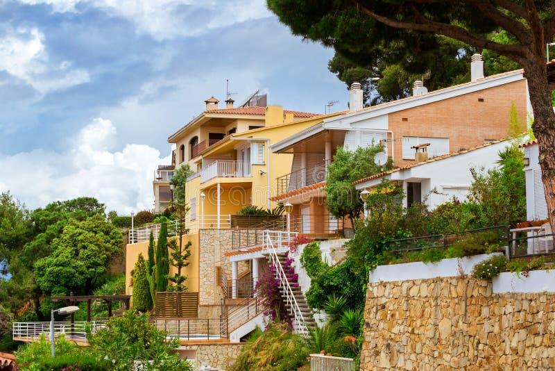 Villas dans le style espagnol de station de vacances Blanes, Catalogne photos stock
