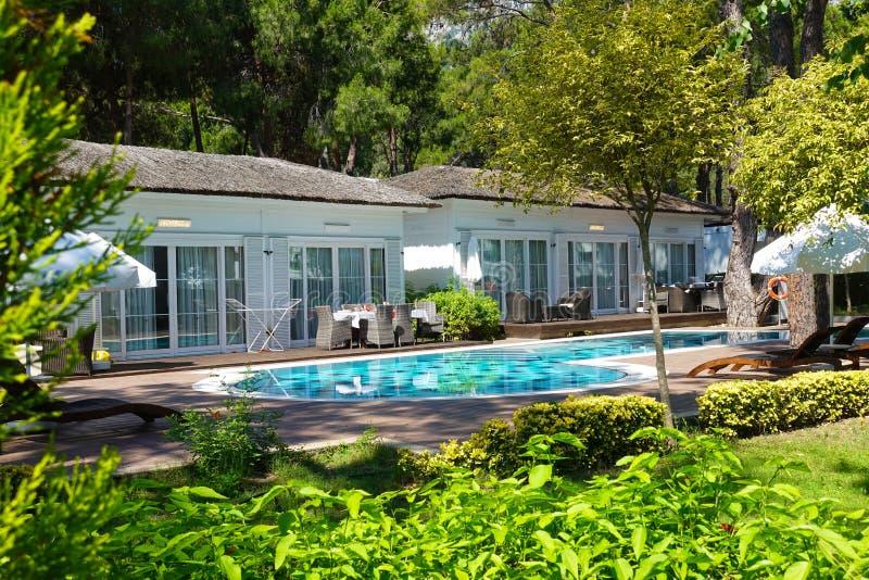 Villas de luxe avec la piscine et la terrasse de jardin images libres de droits