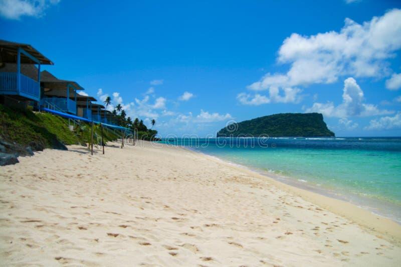 Villas du front de mer de style polynésien tropical de paradis, station balnéaire sur le sable d'or à l'île d'Upolu, Samoa photo stock
