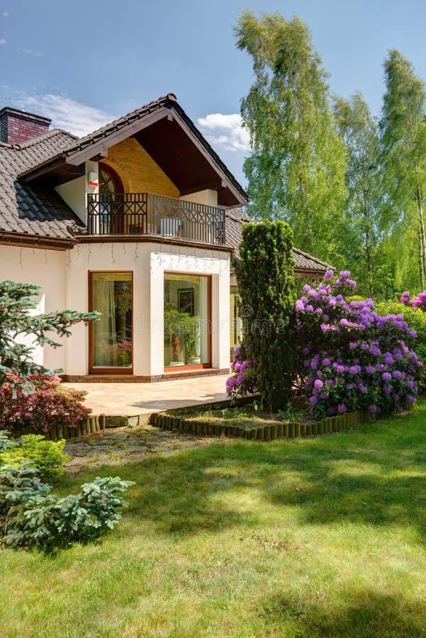 Villatuin met groot gazon stock foto
