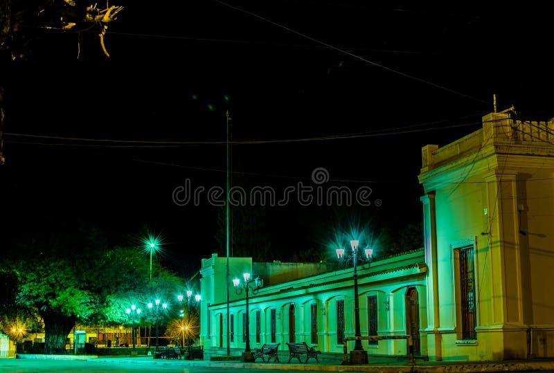 Villatype lantaarns die de oude structuur van een stad in Argentinië verlichten royalty-vrije stock afbeeldingen