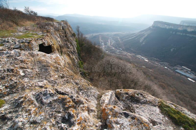 Ville antique de caverne dans la roche en Crimée en automne images stock