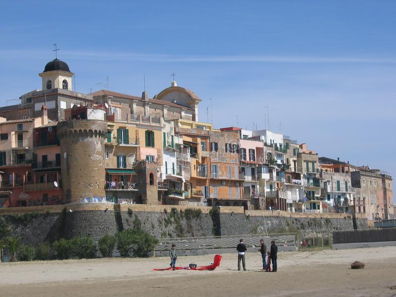 Ville antique de Nettuno sur la plage avec des personnes avec un cerf-volant rouge l'Italie photo stock