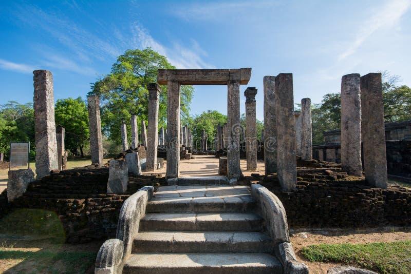 Ville antique de Polonnaruwa, statue en pierre de Bouddha à la chambre de relique de dent images libres de droits