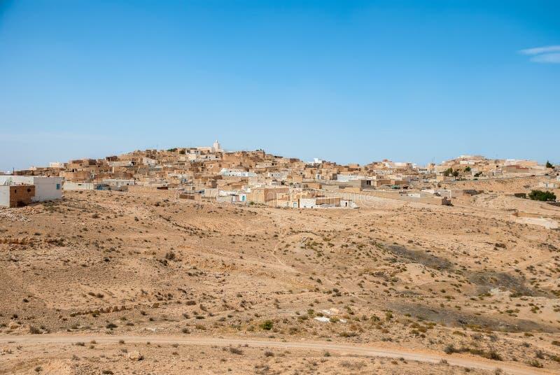 Ville Arabe traditionnelle sur des dunes de sable image stock