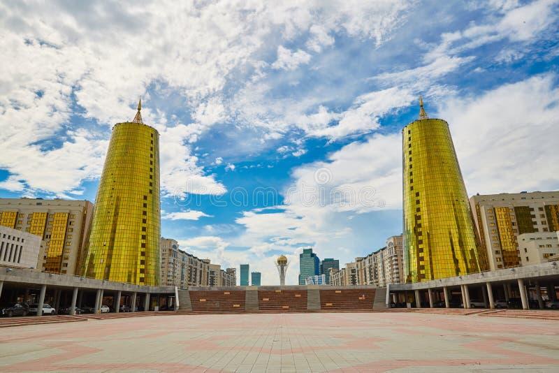 Ville Astana, Kazakhstan - Baiterek, les tours d'or image stock