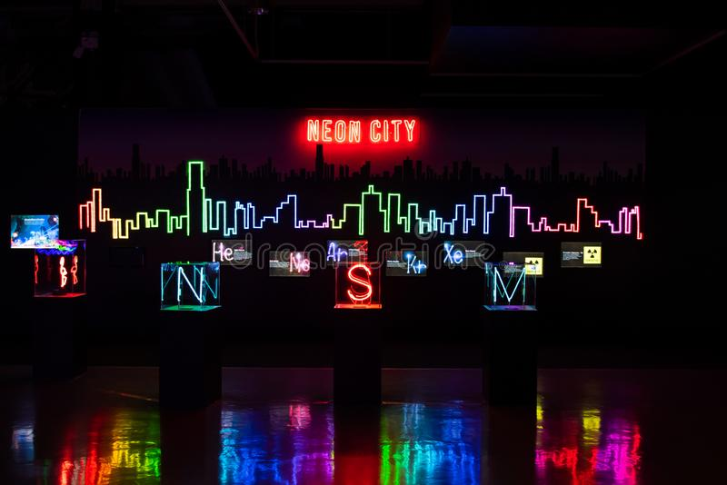 Ville au néon dans le musée photographie stock libre de droits